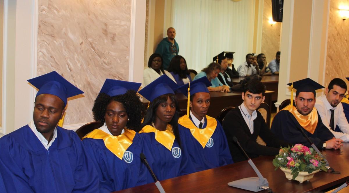 июля состоялось вручение дипломов выпускникам факультета  13 июля состоялось вручение дипломов выпускникам факультета иностранных студентов Университета Лобачевского